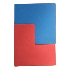 Bonne position des pièces du jeu de stratégie Imbrix trois faces en contact.