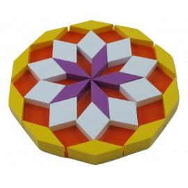réalisation rosace avec empilement de losanges, losanges blanc, violets,jaunes,oranges avec le jeu de construction oxos game